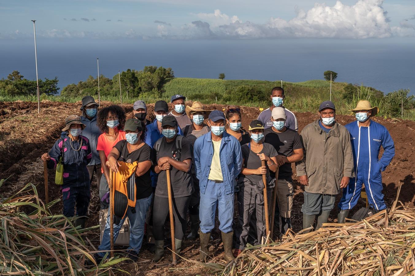 Des stagiaires agricoles de Saint Leu participent à la plantation d'un essai agronomique